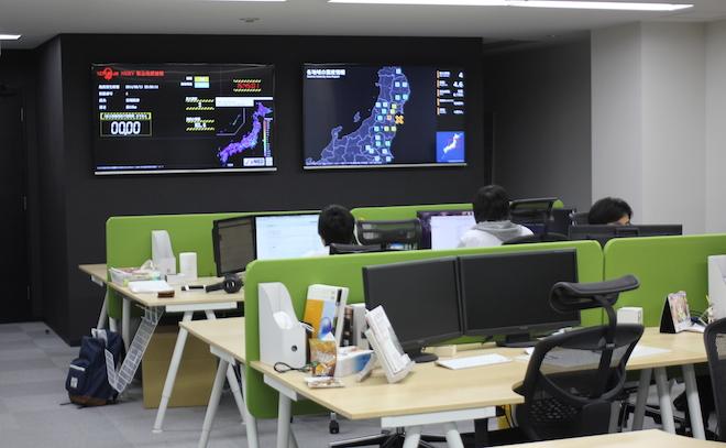 ゲヒルンのオフィス。壁には、自社で開発している緊急地震速報の様子がモニタに映しだされていた。