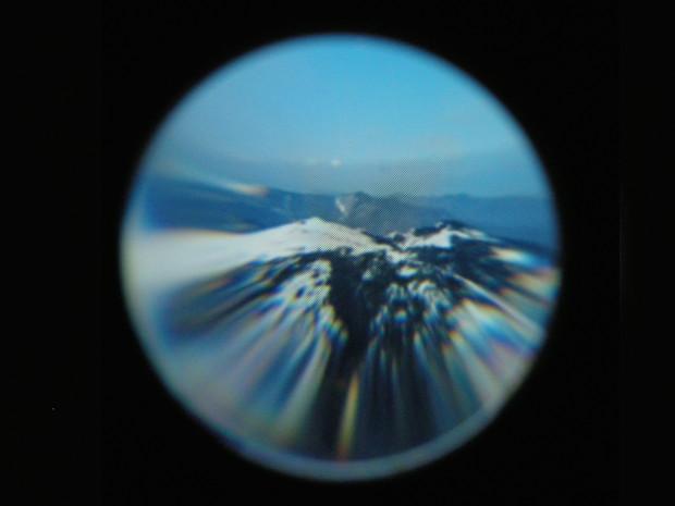 ヘッドマウント・ディスプレイのスクリーンを撮影しているので不鮮明だが、遥か彼方に富士山が見える。