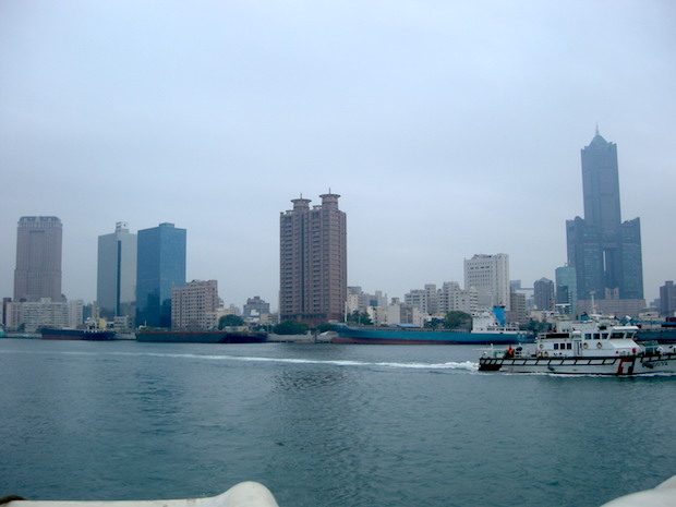 高雄港の船上から、高雄市内中心部を望む。