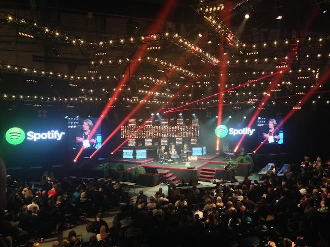 赤い照明の「レッドステージ」で開催されたSpotifyのCEOによるトークセッション