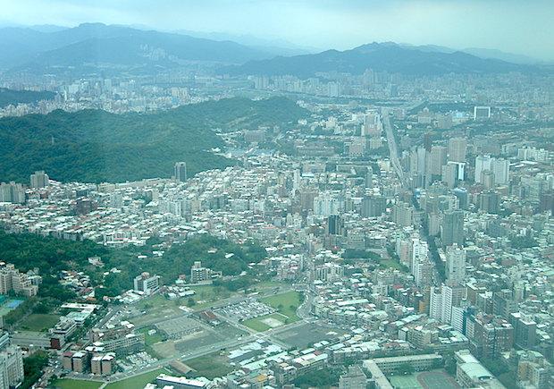 台北101の高層階から、台北市内を望む。