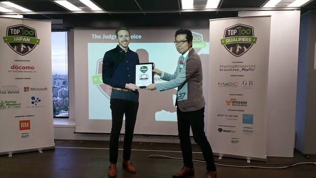 審査員賞を受賞した WOVN.io の共同創業者 Jeff Sandford 氏(左)と、審査員の一人であるグローバル・ブレインのパートナー鈴木伸武氏(右)