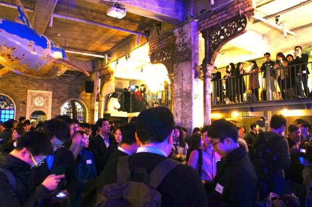 Meetup + Pitch-off: Seoul 2015の会場の様子。ビールなどの飲み物を片手に、カジュアルなネットワーキングが行われていた