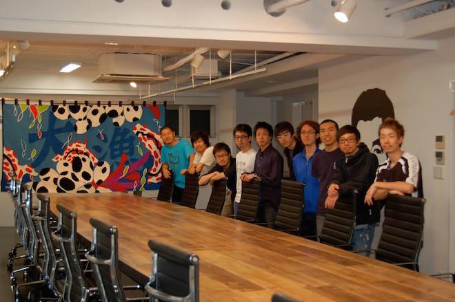 2010年4月、カヤックの新オフィスにて。左から3番目が堤修一さん