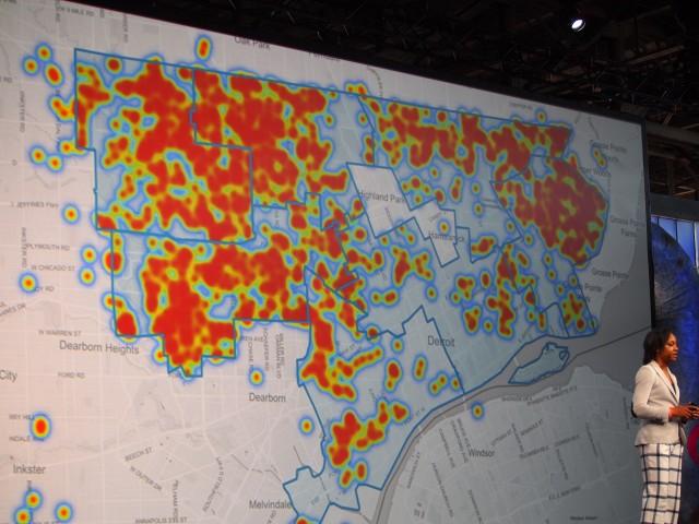 水道料金が支払えない人と、市議員を地図の上にマッピング