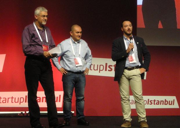 左から MC を務めた Erhan Erkut 氏、eToham 創業者で Startup Istanbul プロデューサーの Burak Buyukdemir、最右はスタートアップのメンタリングを担当したオゾン氏