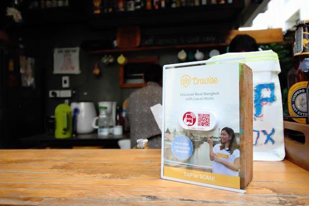 バンコクの Airbnb ゲストルームに置かれたスマートプレート。Travee への誘導リンクが付されている。