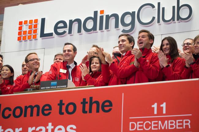 上の写真:ニューヨーク州ニューヨーク市、12月11日:LendingClub社を率いる創設者およびCEOであるRenaud Laplanche氏と会社の経営チームがニューヨーク株式取引所で取引開始の鐘を鳴らす―2014年12月11日、ニューヨーク市。 写真:Ben Hider/NYSE 出典:Lending Club