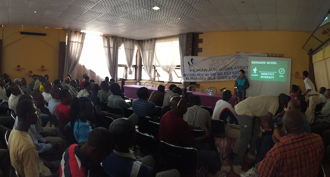 タンザニアで、登山ガイドたちにBerguideの提供するサービスを説明