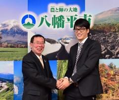 (左)八幡平市市長と柏木氏