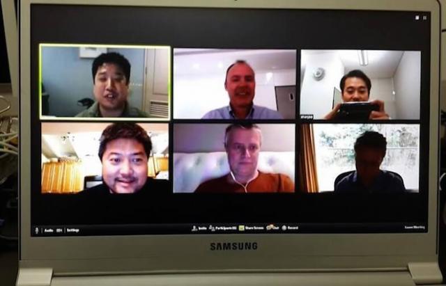 上:SparkLabs のチームの週次ビデオ会議