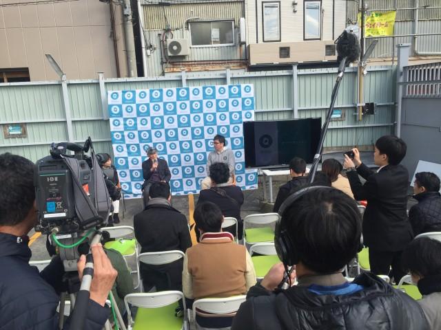 記者会見は、akippaに掲載されている駐車場で行われた