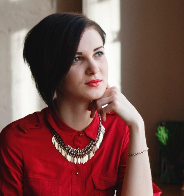 Jobbatical-woman-in-red-shirt