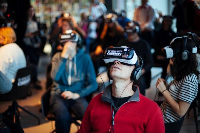 上: The VR Cinema、アムステルダムのオープニングイベント