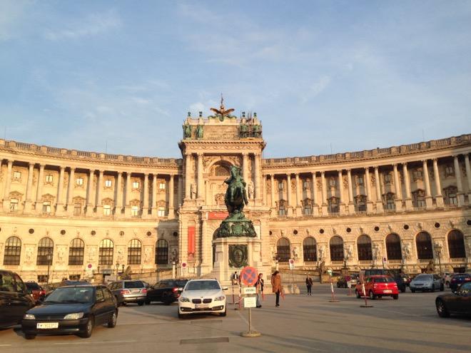 会場は宮殿だ。シャンデリアで装飾された華やかな内装がスタートアップ色に染まった。