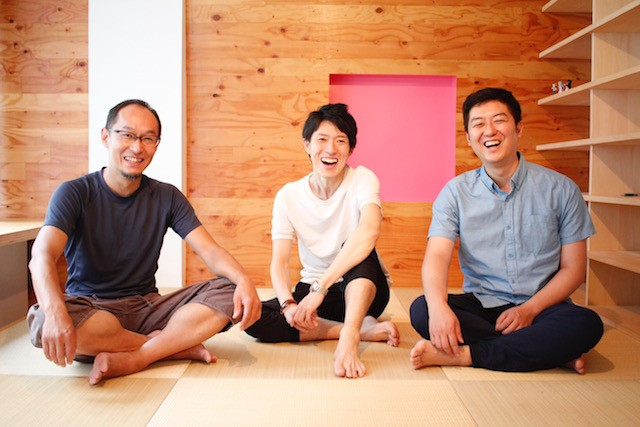 左から:そとあそび創業者兼取締役の山本貴義氏、アカツキ代表取締役の塩田元規氏、そとあそび代表取締役中島裕氏