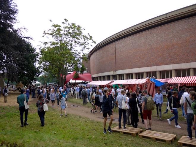 今年のTOAは天気に恵まれなかったが、それでも屋外会場は多くの人であふれた。