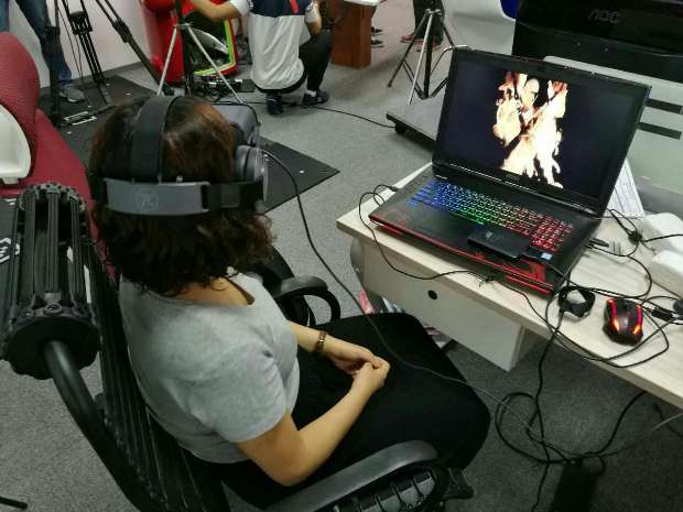 A user tries out Pimax 4K VR headset.