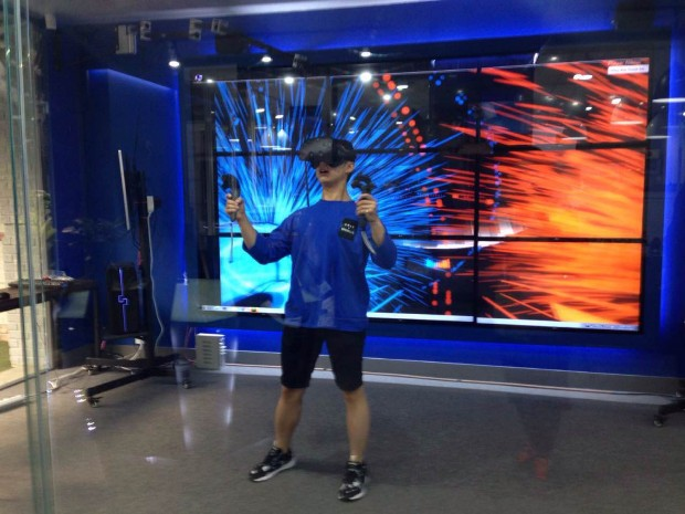 A user tries out HTC Vive in VR Plus in Seoul.Image credit: TechNode