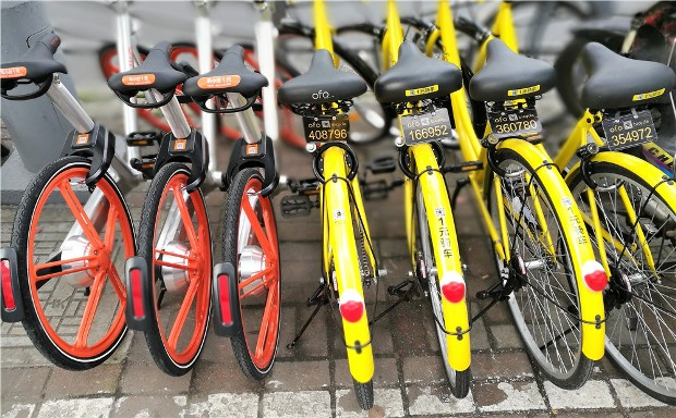 Mobike's bikes are orange. Ofo's bikes are yellow. (Source: Baidu)