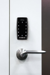 inaho-smart-rimlock-on-door
